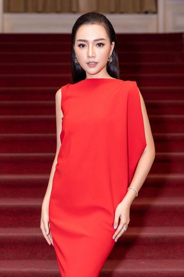 Băng Di vô cùng nổi bật với chiếc đầm đỏ , tô điểm gương mặt makeup hài hòa cùng với mái tóc đen dài