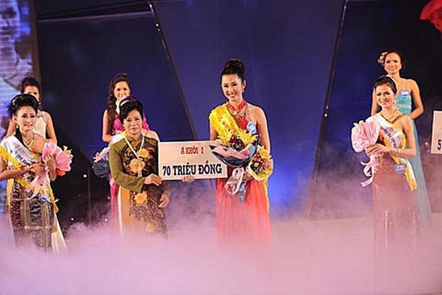 Thúy Ngân giành ngôi Á khôi 1 cuộc thi Nữ hoàng Trang sức Việt Nam 2009 khi mới 18 tuổi.