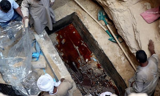 Bên trong quan tài cổ 2.000 năm được khai quật ở Ai Cập. Ảnh: Reuters