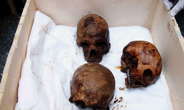 3 hộp sọ sẽ được mang đi phân tích để xác định nguyên nhân cái chết và độ tuổi của hài cốt.Ảnh: Reuters