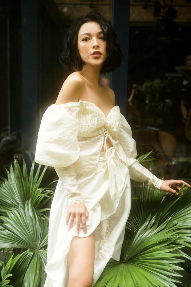 """Đảm bảo tiêu chí kinh điển của thời trang: """"less is more"""" - đơn giản nhưng vẫn vô cùng xinh xắn, cuốn hút, Tú Hảo trong bộ cánh trắng hệt như một nữ thần. Bởi chẳng cần gì ngoài một thần thái hút hồn, một bộ cánh đủ làm người khác vương vấn và một làn da trắng mịn không tì vết."""