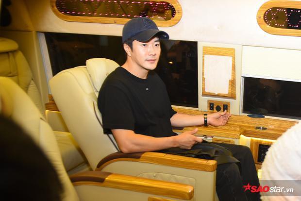Kwon Sang Woo giản dị với áo thun và mũ lưỡi trai trong lần đầu tiên đến Việt Nam.