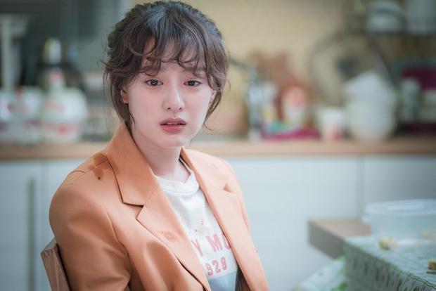 Cô đóng vai Choi Ae Ra, luôn ước làm phát thanh viên thời sự nhưng thực tế cô lại là nhân viên tư vấn khách hàng. Cô từ bỏ vị trí tư vấn viên và trở thành phát thanh viên của MMA, tài năng tiềm được khai quật.