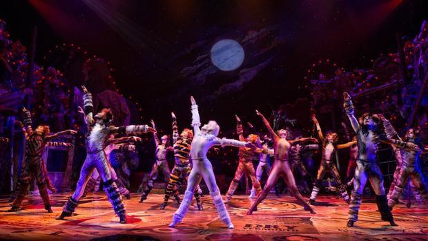 """Một phân cảnh đầy lôi cuốn và hấp dẫn của """"Cats"""" trên sân khấu Broadway."""