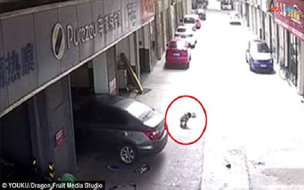 Cậu bé chơi phía đuôi xe khiến bố bất cẩn chèn qua.