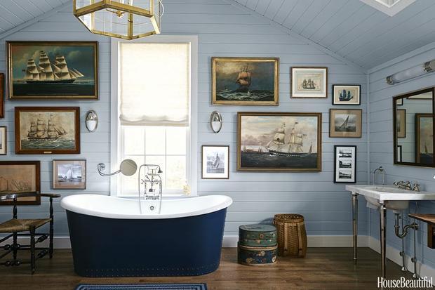 Bạn giống như đem cả biển cả vào nhà tắm của mình với những bức tranh thuyền và biển trên gam màu xanh. Ngay cả bồn tắm cũng màu xanh kết hợp trắng đầy ấn tượng.