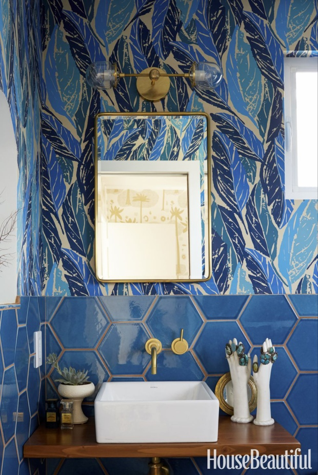 Những chiếc lá màu xanh cùng hình học giống như tổ ong chính là điểm nhấn cho không gian nhà tắm này.