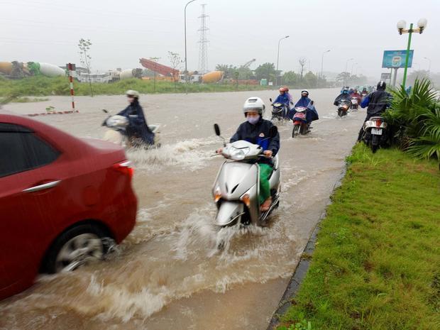 Quang cảnh tuyến đường chỉ thấy mênh mông nước.