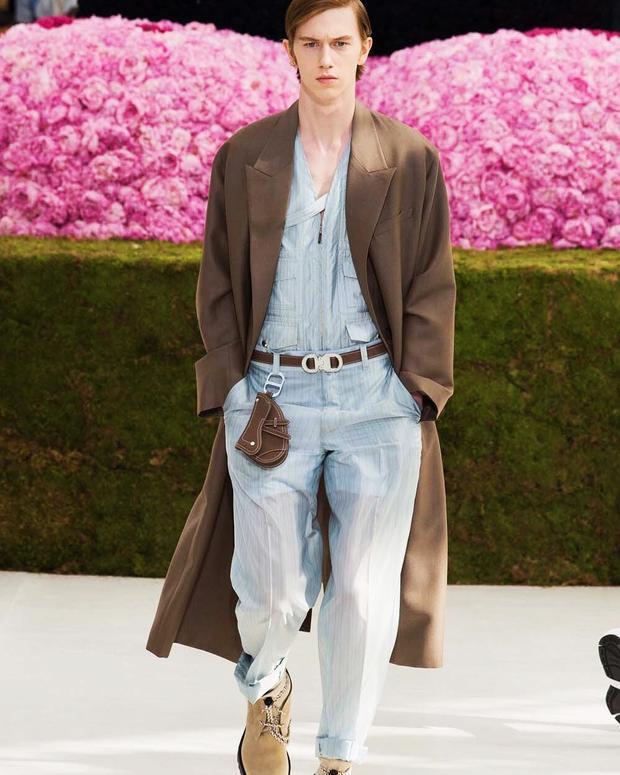 Ngoài ra, Dior cũng cho ra mắt các thiết kế túi khác mang âm hưởng yên ngựa, từ dạng bé tẹo móc dây lưng…