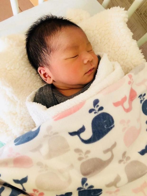 Vợ Lê Hoàng (The Men) trả nợ cá cược 100 triệu đồng khi Hải Băng sinh con trai