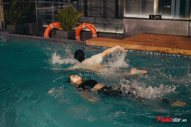"""Các thành viên bơi bằng mọi """"thủ đoạn""""…"""