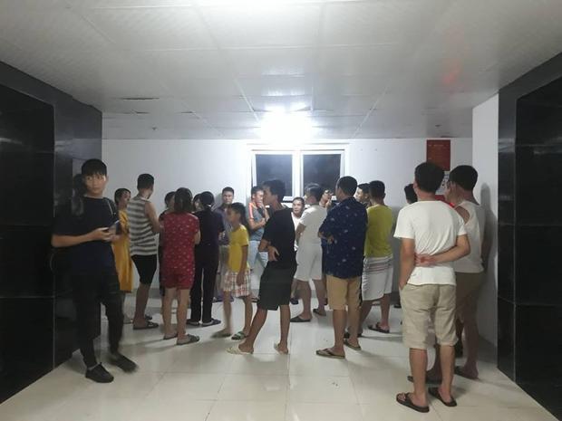 Nhiều người dân tập trung dưới sảnh toà nhà.
