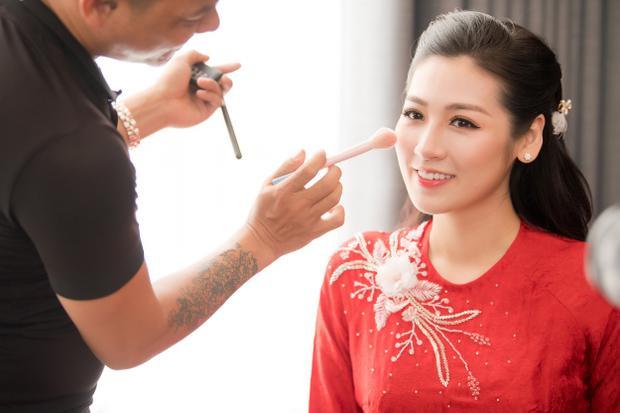 Á hậu Tú Anh xinh đẹp, e ấp bên bố mẹ trước giờ theo chồng về dinh
