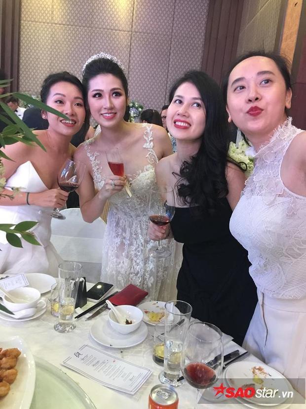 Cô dâu rạng rỡ chụp ảnh cùng khách mời.