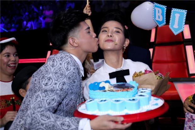Sau đó là nụ hôn yêu thương dành cho Vũ Cát Tường nhân dịp cả ekip Giọng hát Việt nhí2016 cùng tổ chức sinh nhật cho cô nàng.