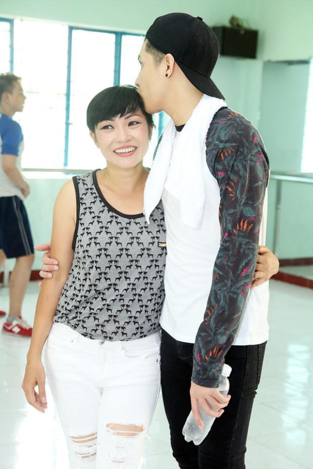 Một nụ hôn ngọt ngào và ấm áp tặng chị Chanh sau buổi luyện tập vất vả.