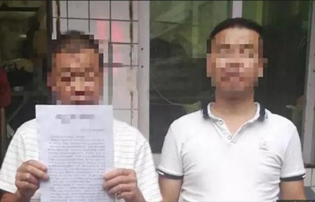 Zhang Jun (phải) được toàn án bồi thường 880.000 tệ sau khi chịu án oan 8 năm tù với tội danh mà anh không phạm phải. Ảnh: Sina