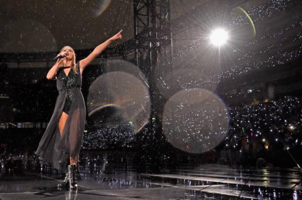 Dầm mưa hát và nhảy suốt gần 2 tiếng: hãy bảo vệ sức khoẻ của mình chứ, Taylor Swift!