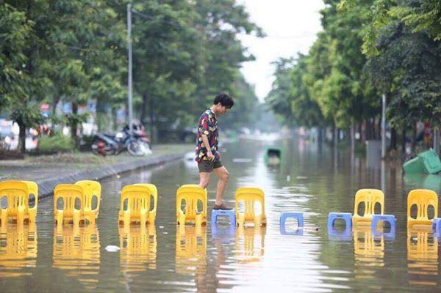 """Vào những ngày Hà Nội """"phố cũng như sông"""", phải lặn lội người đường quả là một cực hình đối với bất cứ ai!"""