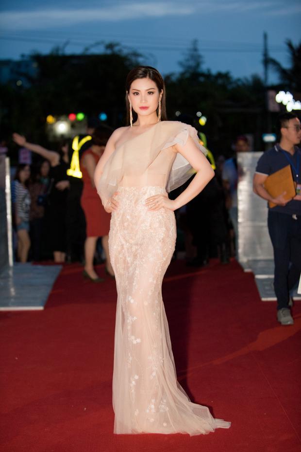 Á hậu Diễm Trang khoe vóc dáng chuẩn với trang phục xuyên thấu.