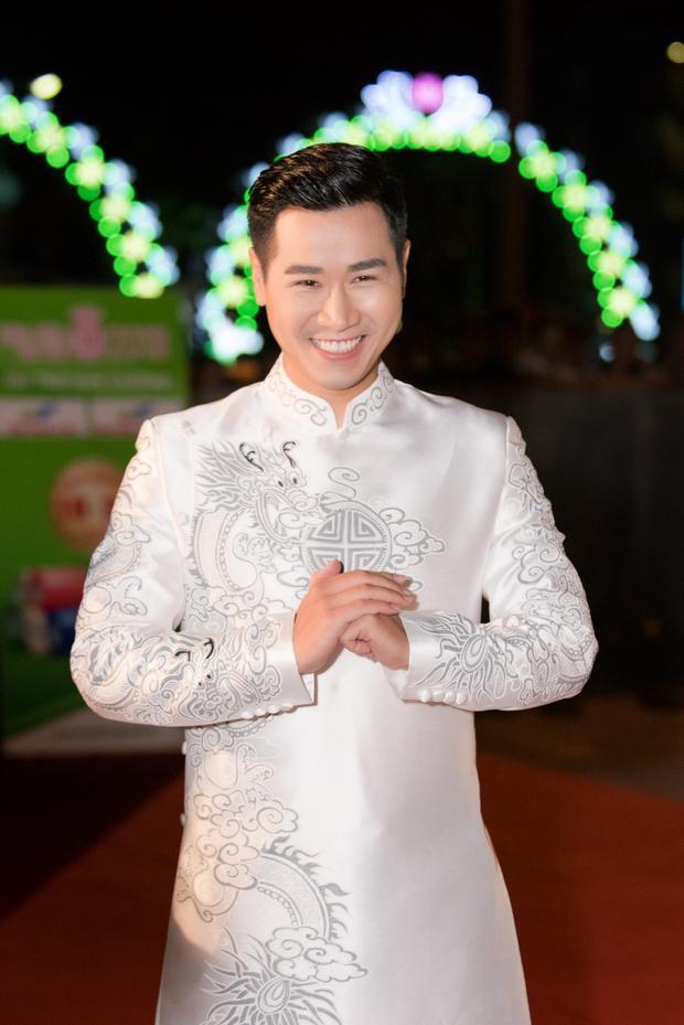 MC Nguyên Khang tươi rói trước giờ lên sóng.