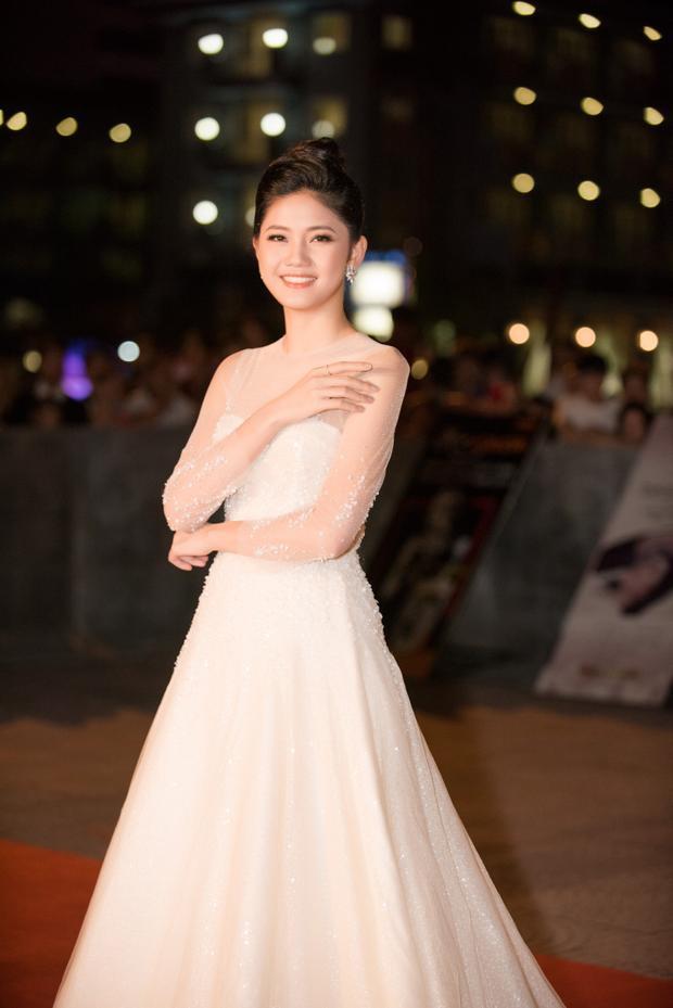Á hậu Thanh Tú xuất hiện với đầm trắng tinh khôi.