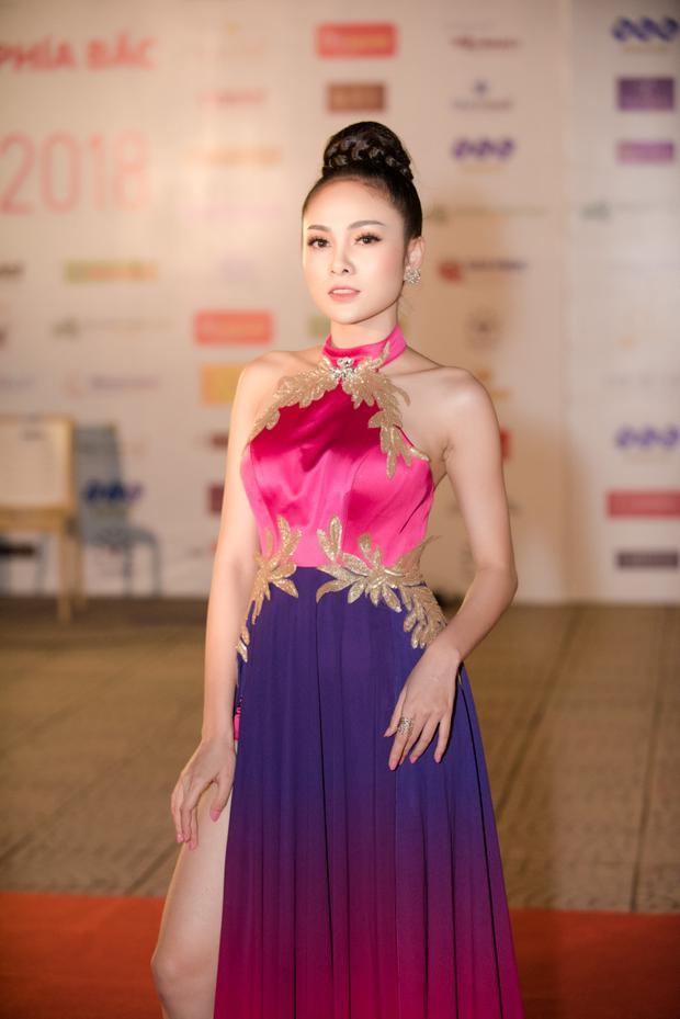 Ca sĩ Lưu Hiền Trinh dịu dàng với trang phục áo yếm.