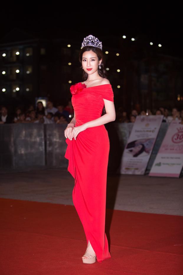 Đỗ Mỹ Linh rực rỡ với đầm đỏ cùng vương miện danh giá.