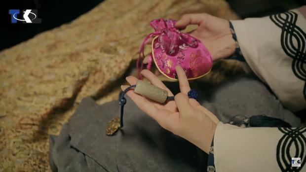 Túi hương và ngọc bội mà người chị xấu số của Anh Lạc để lại.