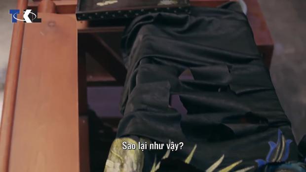 Chiếc áo phượng bào bị cắt rách nát.