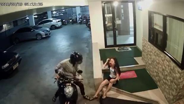 Cô gái bị đánh đến chảy máu miệng.