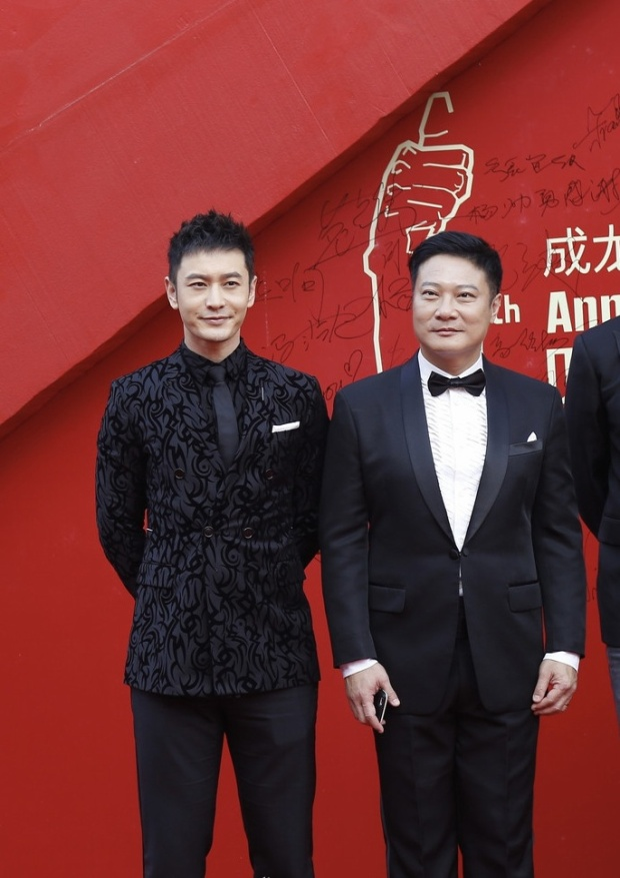 Chồng của Angelababy - Huỳnh Hiểu Minh chọn cho mình bộ suit đen với các họa tiết lạ mắt