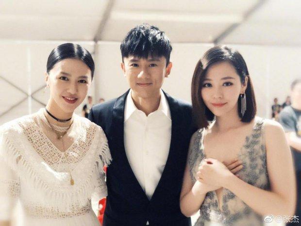 Diva từng đánh bại Sơn Tùng M-TP, Trương Lương Dĩnh mặc váy xẻ tận rốn nhưng không hề gây tức mắt