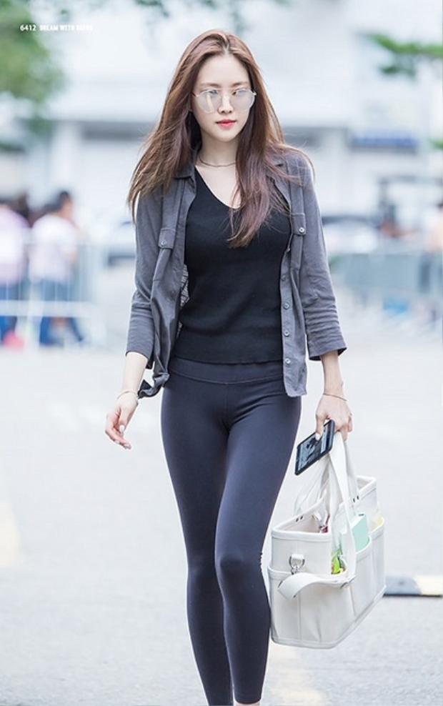Vóc dáng hoàn hảo của Son Na Eun với quần legging