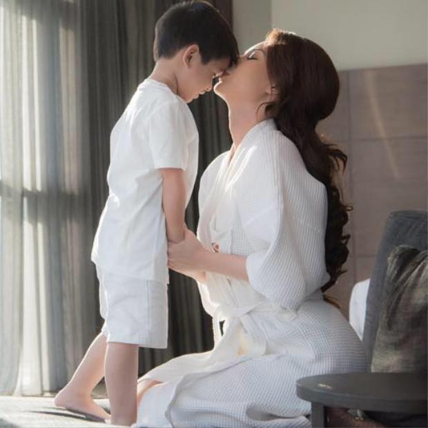 Khoảnh khắc hạnh phúc của cô và con trai