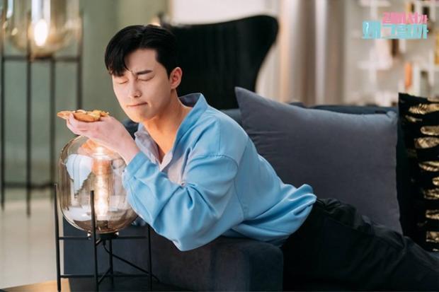 Vai diễn Chủ tịch Lee đang gây sốt với hình tượng nam chính không chỉ điển trai, tài năng mà còn vô cùng… yêu bản thân và hài hước.