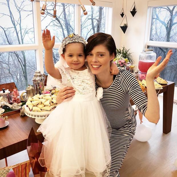 Hay 1 chiếc đầm trắng bồng bềnh, lộng lẫy như cô dâu thế này.