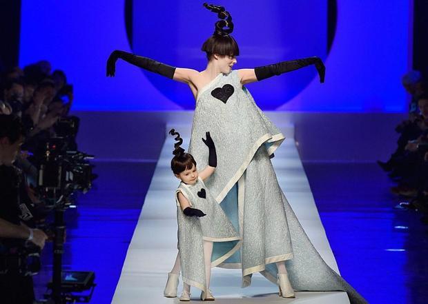 Coco Rocha và con gái Ioni James Conran tại buổi trình diễn thời trang mùa xuân Jean Paul Gaultier năm 2018 trong Tuần lễ thời trang Paris. Cô bé phối hợp rất ăn ý với mẹ, thể hiện tài năng catwalk từ nhỏ.
