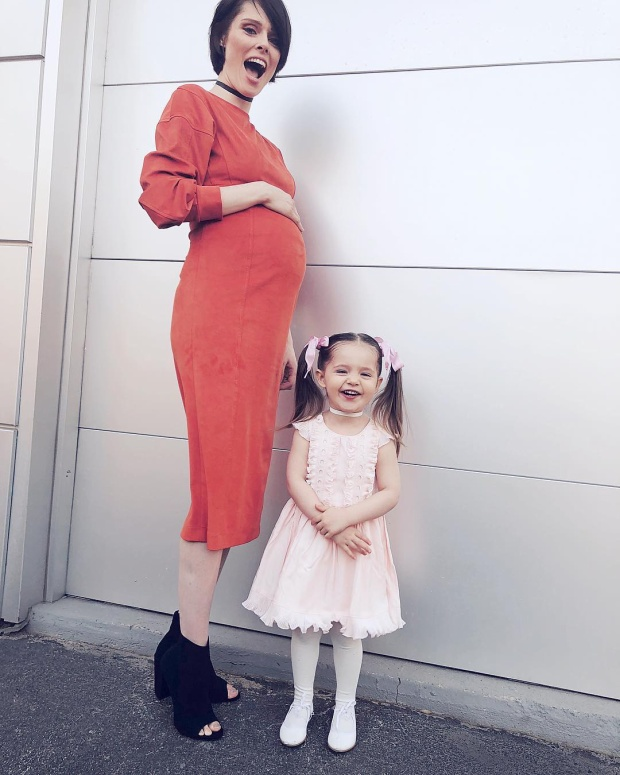 Combo váy hồng xòe và tóc 2 ngà cột nơ tiệp màu đúng chuẩn của những cô bé đáng yêu.