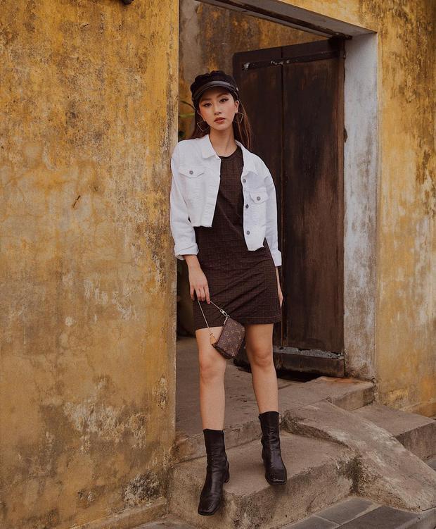 Tiếp tục theo đuổi style Âu Mỹ, Quỳnh Anh Shyn hút mắt người nhìn với váy thun ôm ngắn phối cùng boots da. Cô còn không quên tạo điểm nhấn cho tổng thể bằng cách xách 1 chiếc clutch LV nhỏ.