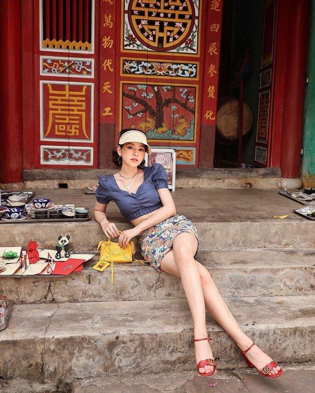 Nón cói, áo croptop tay bồng và chân váy ôm họa tiết, các nàng hoàn toàn có thể học theo cách mix đồ để khoe dáng thon, chân nuột nà như Chi Pu.