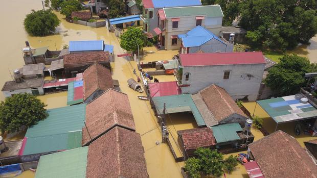 Do mực nước sông Bùi dâng cao từ ngày 21/7 đến nay khiến hơn 100 hộ dân ở Bùi Xá, thị trấn Xuân Mai ngập chìm trong nước và bị cô lập với bên ngoài. Trong ảnh, dòng nước đục ngầu len lỏi qua từng kẽ nhà, con ngõ.