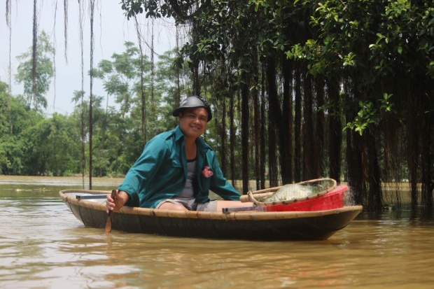 Đây cũng là dịp để nhiều người thả lưới bắt cá trên dọc các con đường, ngõ xóm.