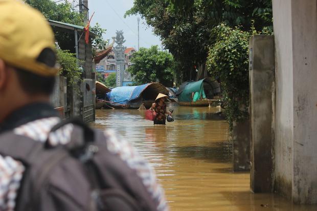 Với nhiều người không có thuyền bè, họ phải di chuyển bằng cách đi bộ, lội qua các con đường nước. Xe máy, ô tô không thể đi nổi.