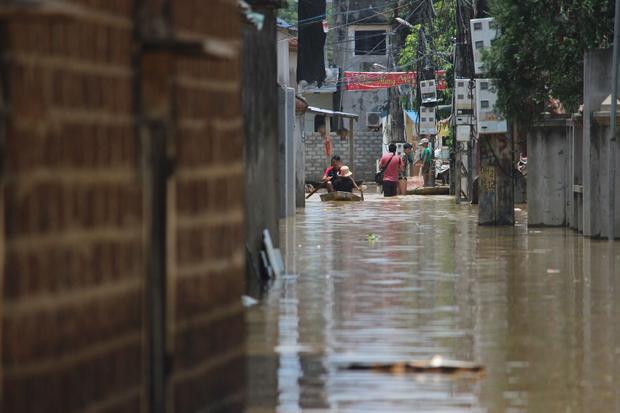 Nước ngập khiến cuộc sống nơi đây bị đảo lộn, mọi sinh hoạt gặp nhiều khó khăn.