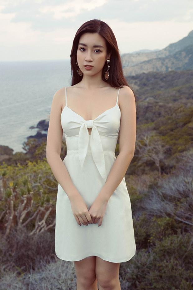 Váy ngắn liền thân trở nên mới lạ hơn nhờ các chi tiết thắt nơ, khoét vai,xếp bèo nhún.