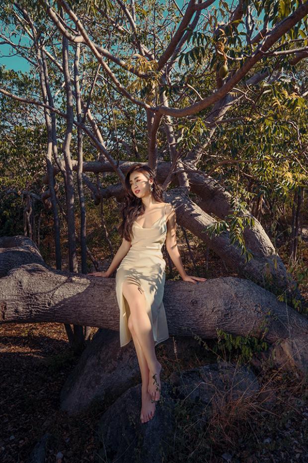 Váy hai dây chất liệu vải lụa mềm mại cực gợi cảm được thể hiện trên form dáng tôn đường cong triệt để.