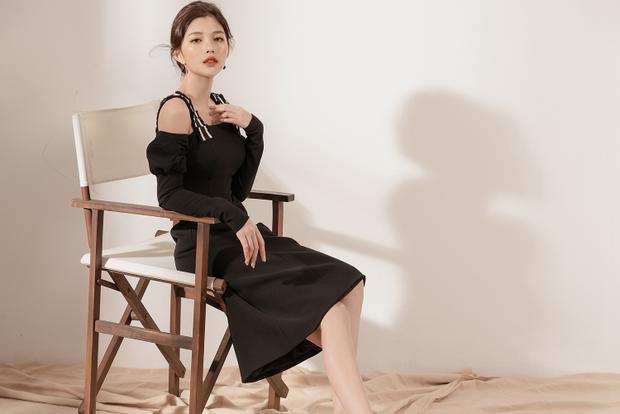 Váy đen thanh lịch và đơn giản với hai ống tay bèo mỗi bên.