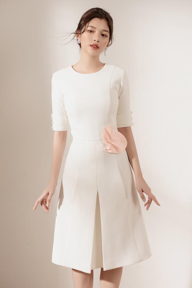 Đầm trắng thanh thoát phù hợp với những buổi đi dự tiệc