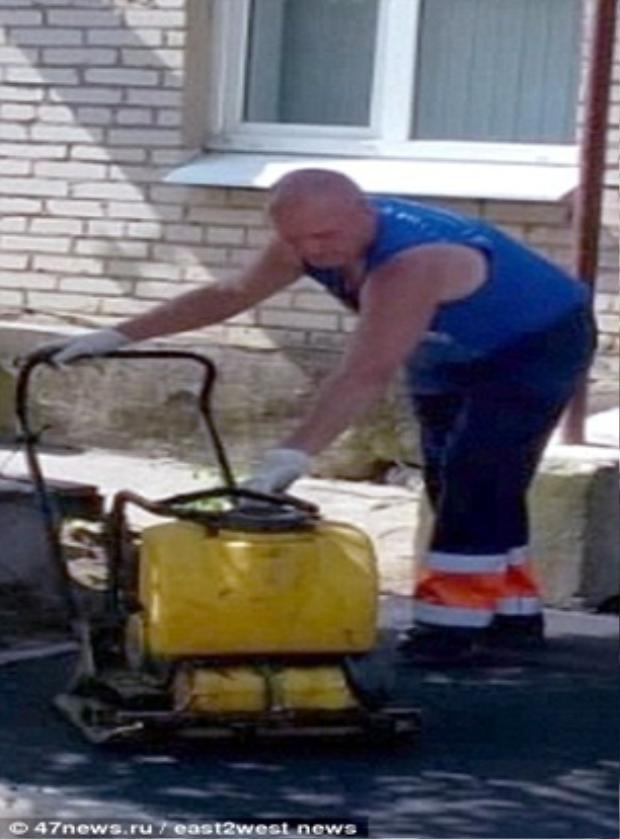 …và anh Vadim 30 tuổi đã giải cứu đứa trẻ. Ảnh Dailymail.